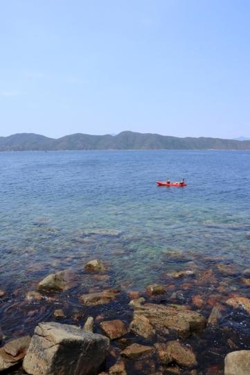 有人由海下划獨木舟過來