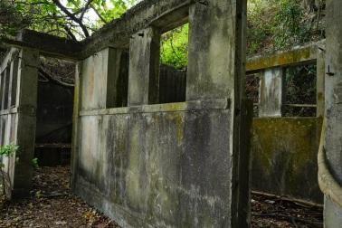 途中的廢棄石屋