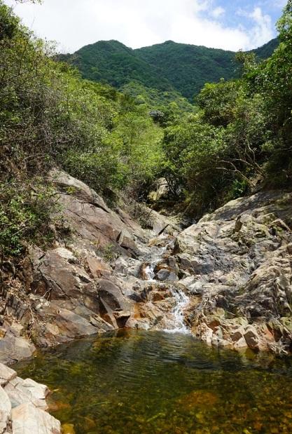溪水經牛烏石澗流入水塘
